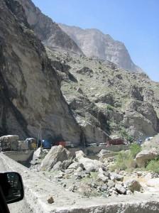 Over fjellet fra Jalalabad til Kabul sto en punktert trailer (!) og sperret veien.