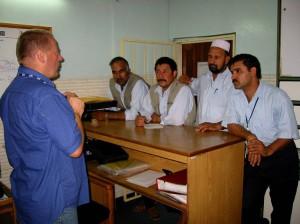 Stig underviser UNICEF's sjåfører i Masar-i-Sharif i frekvensvalg på HF