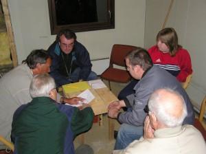 Byggekomiteen planlegger. Rundt bordet sitter LA9TK, LA3WAA, LB9RE, LA5HMA, LA3XMA og LA4IC.