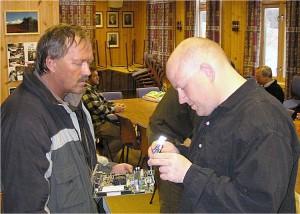 Hovedkort og modem studeres av LA3WAA, Tor og LA3TMA, Morten