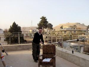 """LA5IIA Johnny setter sammen R8 vertikalen på taket av sitt nye """"hjem"""" i Kabul, Afganistan"""