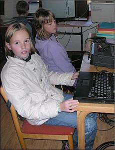 F.v: Lene og Anita har funnet seg noen å chatte med på IRC.