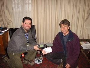LA5IIA Johnny og Bob/YA1RS (ZL1RS) som jobber som teleingeniør for Red Cross