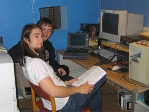 Stian og Knut Magnus, to ivrige sjeler. Knut Magnus har amatør- radio som valgfag på Heimdal vgs.