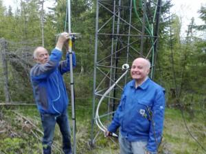 Oddbjørn, LA9JK og Stein-Olav, LA9QV klargjør 6m antennen, AR-6 (Cushcraft) for montering