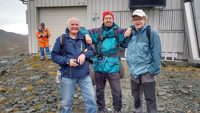 Stein-Olav, LA9QV, Kåre, LB3AG, og Roar, LA1EOA med Odd i bakgrunnen oppe på toppen av Almannberget